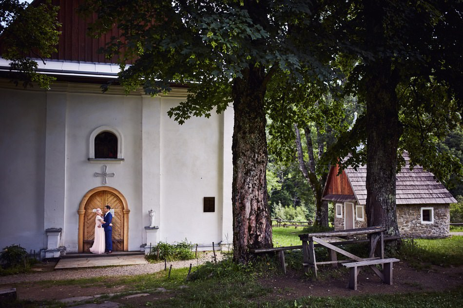 Sesja plenerowa w Bieszczadach cerkiew w lopiance