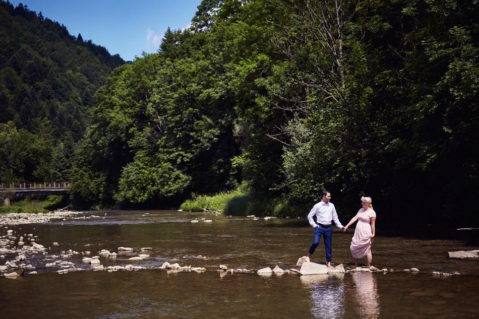 Sesja plenerowa w Bieszczadach w rzece w potoku