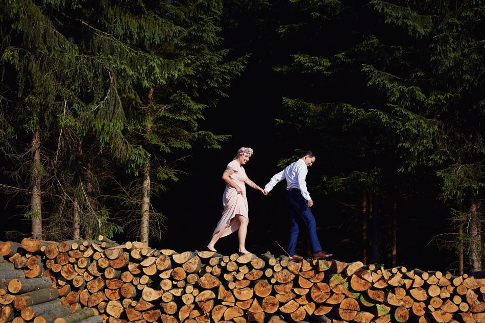zdjecia plenerowe w Bieszczadach na stosie drewna