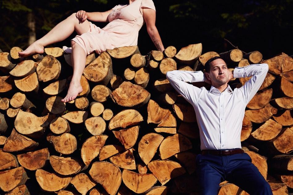 zdjecia plenerowe w Bieszczadach sklad drewna parking