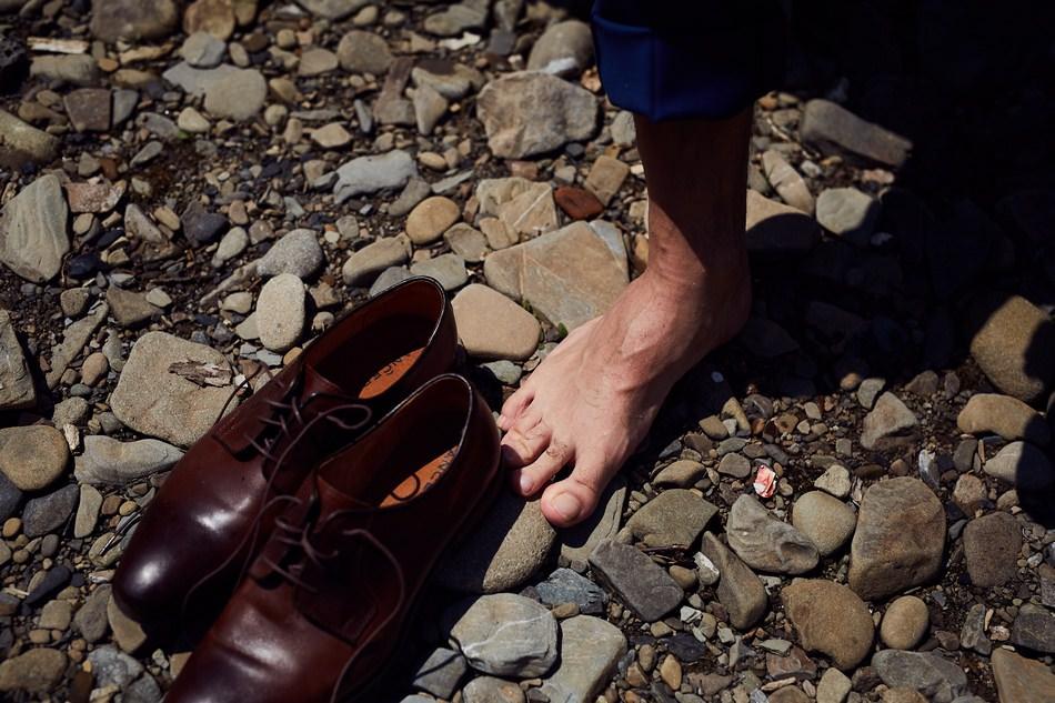 Sesja plenerowa w Bieszczadach buty na slub pan mlody