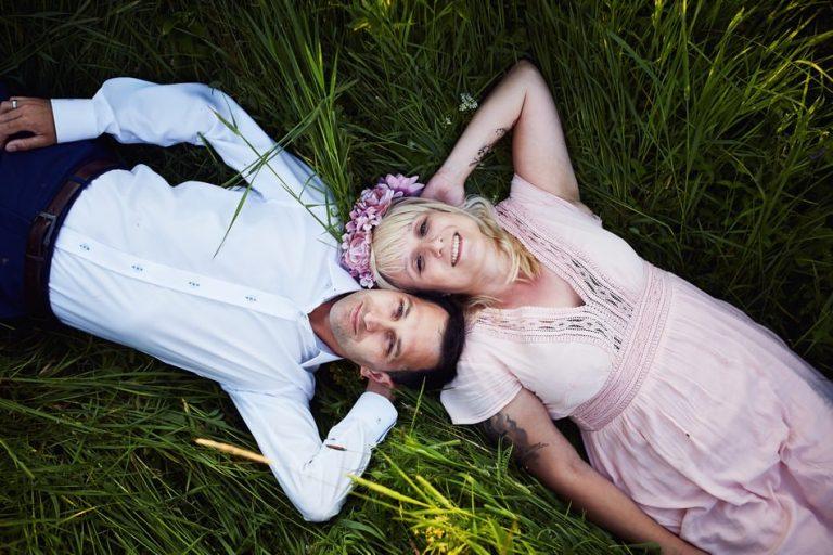 zdjecia plenerowe w Bieszczadach w trawie na polanie