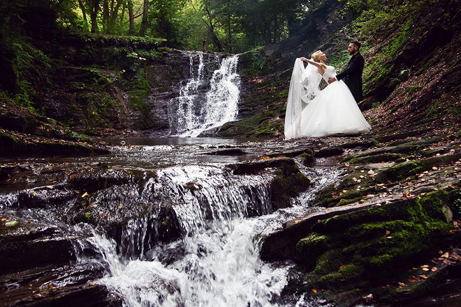 fotograf ślubny krosno , sesja plenerowa nad wodospadem