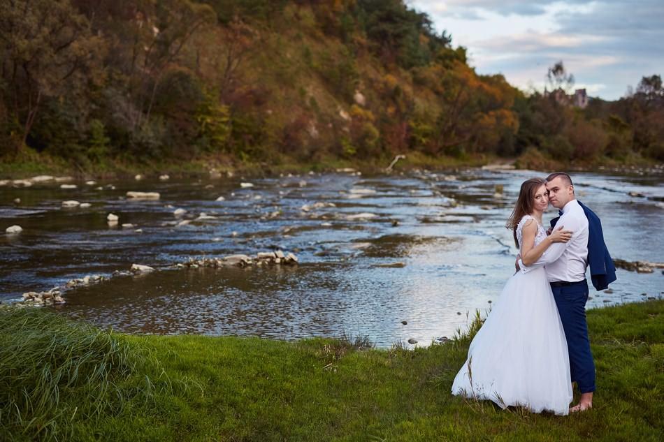 fotografia plenerowa krosno, sesja nad rzeką para mloda