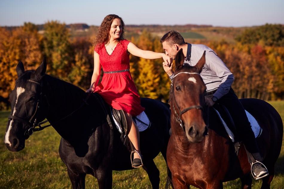 pan mlody caluje reke pani mlodej na koniu