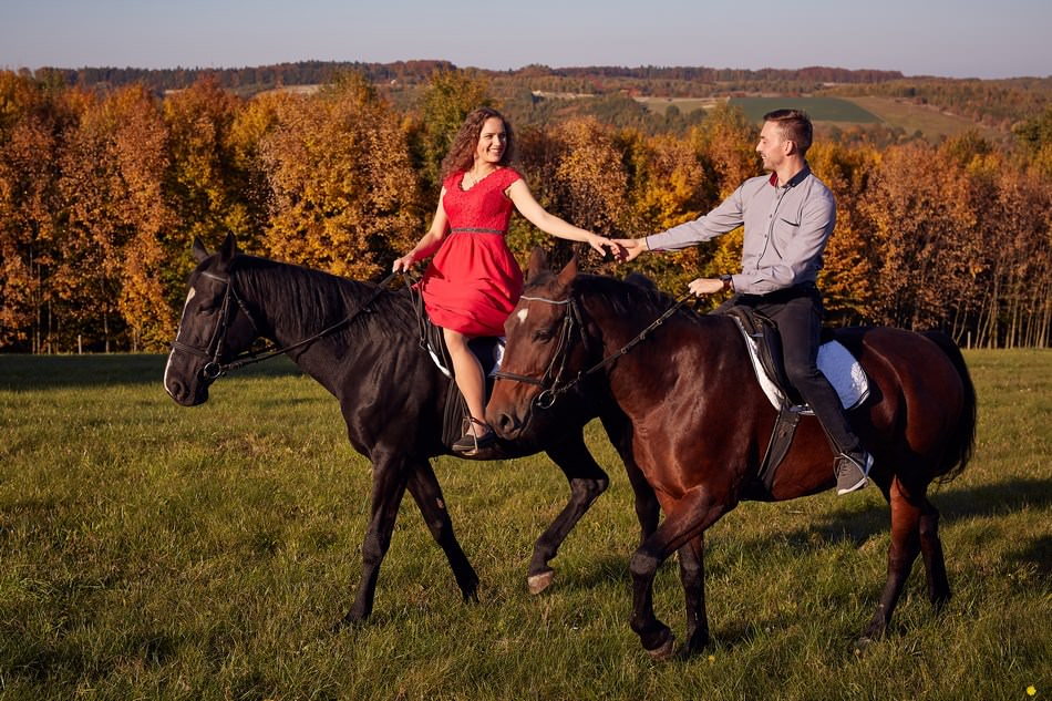 para mloda galopuje na koniach