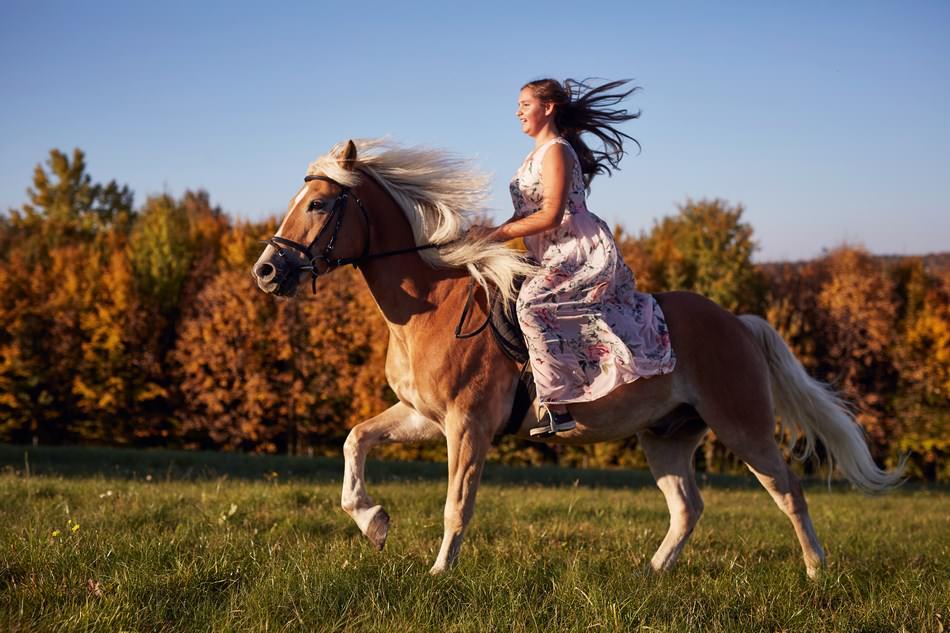kon w galopie z pannienka na sesji fotograficznej