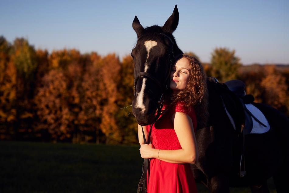 pai mloda przytula sie do konia