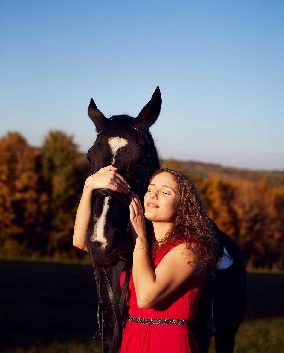 panna mloda na sesji przytula sie do konia