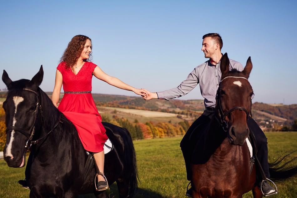 para mloda na koniu podczas jazdy