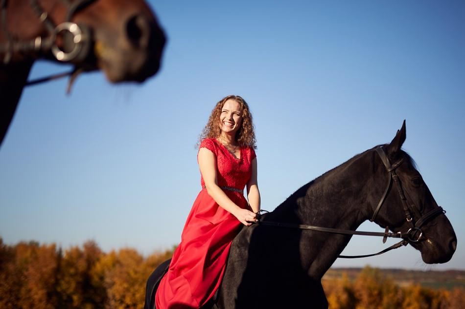 pani mloda jedze na koniu podczas sesji fotograficznej