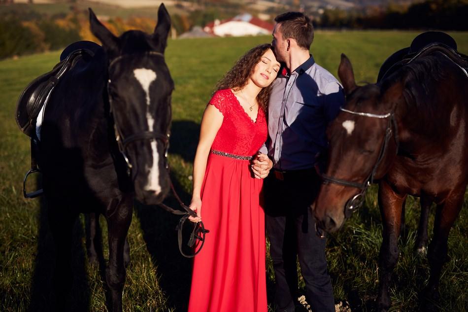 sesja plerowa slubna na koniach para mloda sie caluje