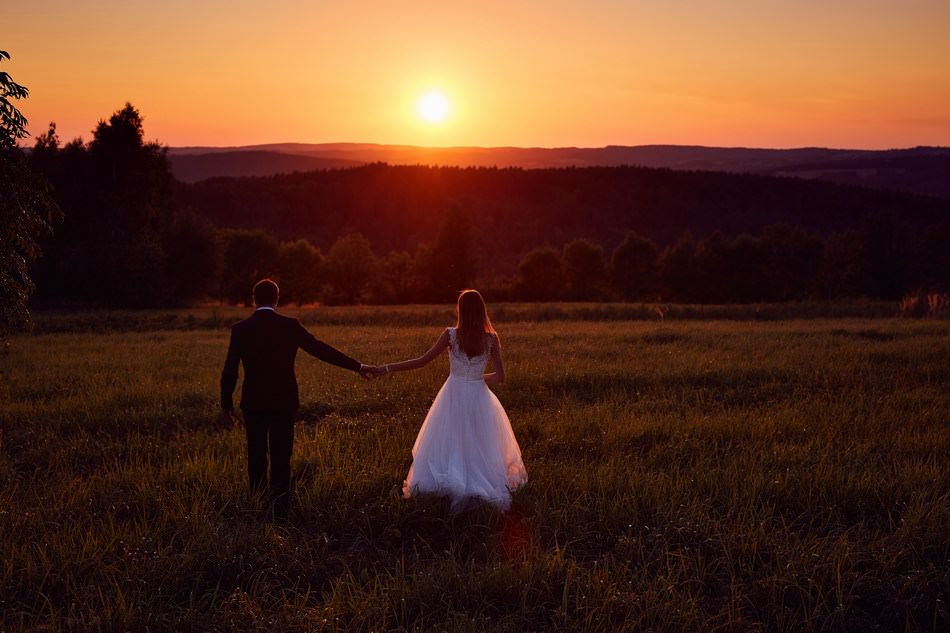 spacer zachód słońca fotografia ślubna Sanok