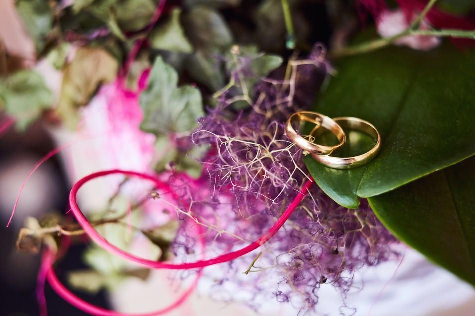 obrączki ślubne na kwiatach