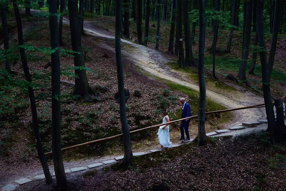 slub w kaplicy w lesie pani mloda idzie do oltarza