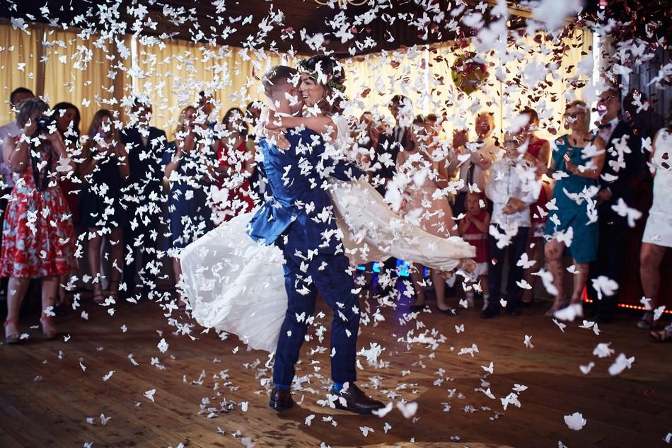 taniec pary mlodej w winnicy