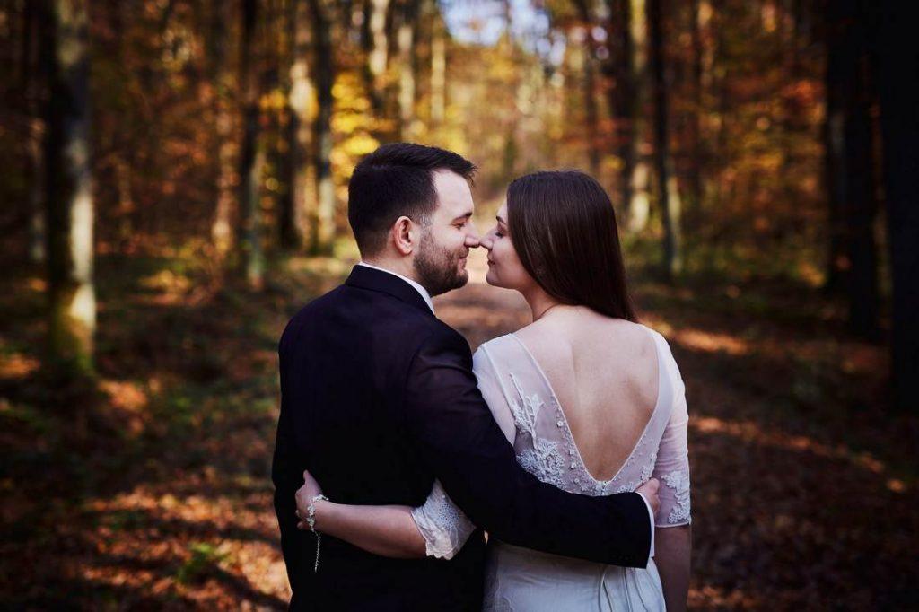 sesja ślubna plenerowa w lesie na jesień