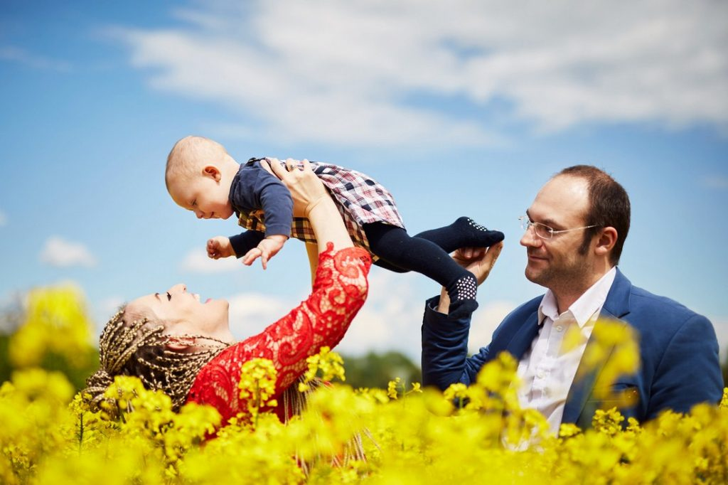 plenerowa sesja rodzinna rzeszów zdjęcia na łące